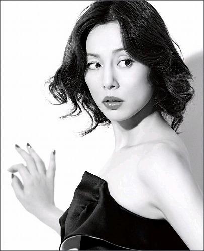 モノクロのドレス姿の米倉涼子
